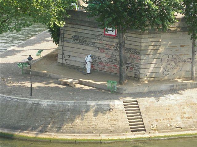 Graffiti quai de Bourbon