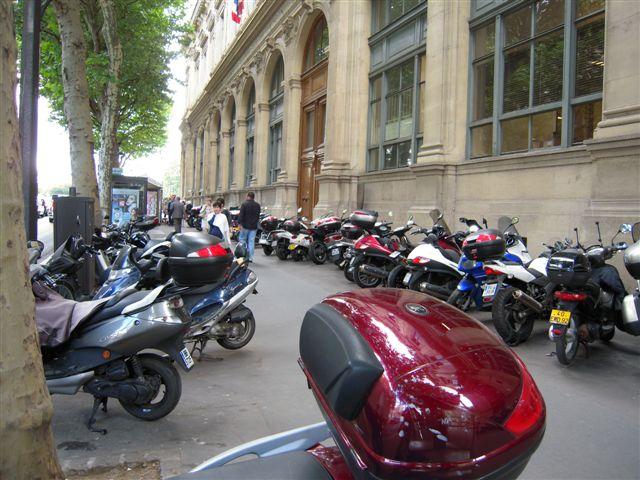 Motos sur trottoir 002